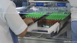 Upaya untuk memproduksi vaksin virus Corona terus dilakukan. Gedung 43 pun rencananya akan dijadikan tempat produksi vaksin COVID-19 di Bandung.