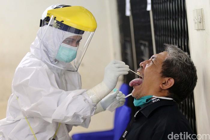 150 Pekerja media menjalani tes swab di Gedung Dewan Pers, Jakarta, Rabu (12/8/2020). Tes ini guna memutus menyebaran virus Corona.
