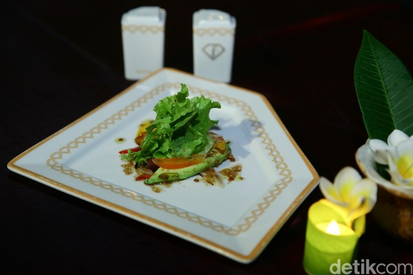 Makanan andalan yang terlihat menggiurkan ditata dengan apik di atas piring berbentuk unik.