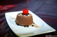 Salah satu menu penutup di hotel ini adalah Hot Chocolate Lava Cake.