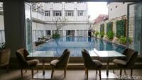 Staycation di Hotel Fashion Legian tak akan lengkap tanpa santap malam istimewa di pinggir kolam renang hotel.
