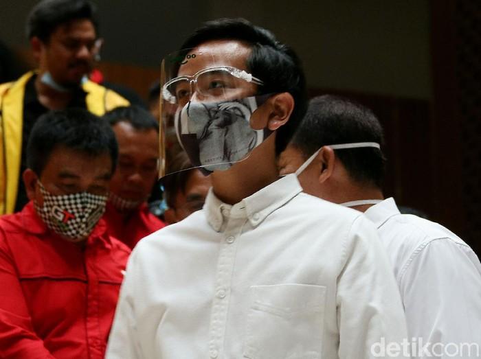 Gibran Rakabuming Raka datangi kantor DPP Partai Golkar untuk terima SK dukungan dari Golkar. Gibran tampak pakai masker-face shield saat kunjungi kantor Golkar
