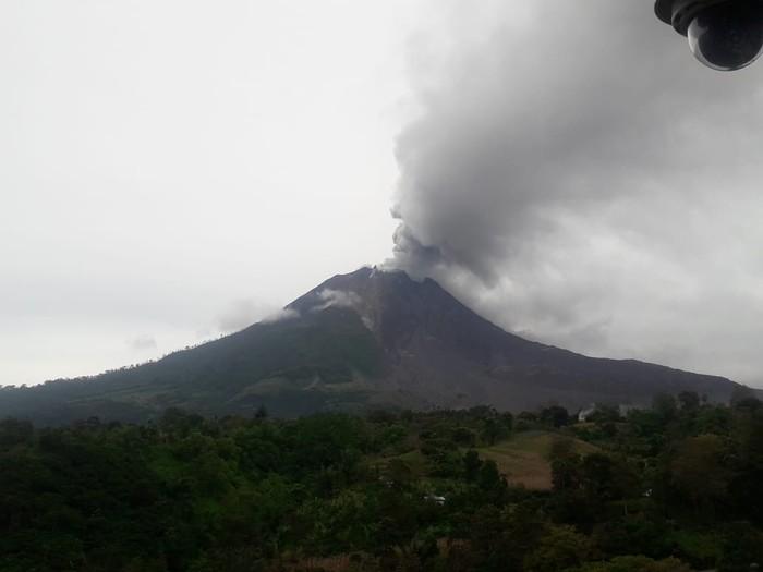 Gunung Sinabung keluarkan abu vulkanik skala kecil (dok. Istimewa)
