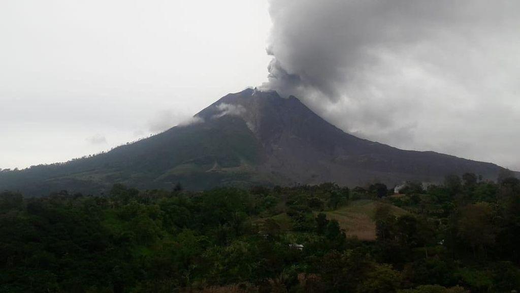 Masih Siaga, Gunung Sinabung Keluarkan Abu Vulkanik Skala Kecil