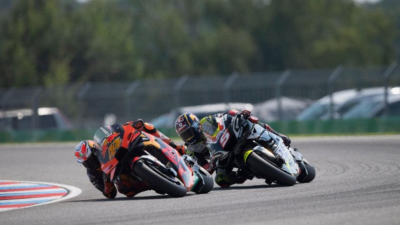 BRNO, CZECH REPUBLIC - AUGUST 09: Pol Espargaro of Spain and Red Bull KTM Factory Racing  leads Johann Zarco of France and Reale Avintia Racingduring the MotoGP race during the MotoGP Of Czech Republic at Brno Circuit on August 09, 2020 in Brno, Czech Republic. (Photo by Mirco Lazzari gp/Getty Images)