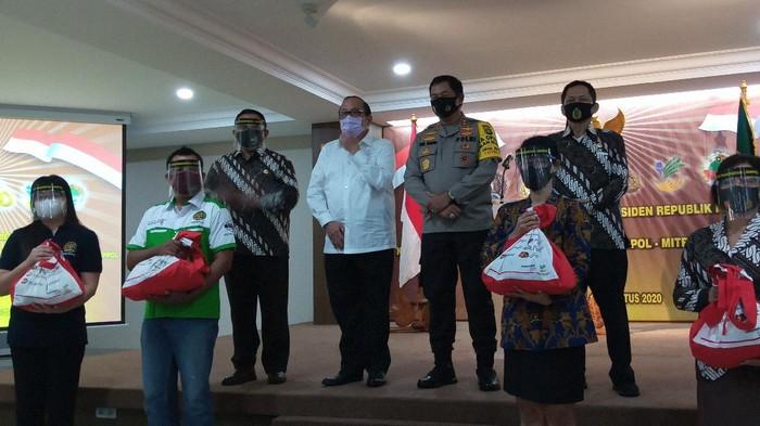 Kapolda Metro Jaya bagikan 4.000 sembako Presiden ke purnawirawan polisi hingga karyawan Inkoppol (Foto: Kadek/detikcom)