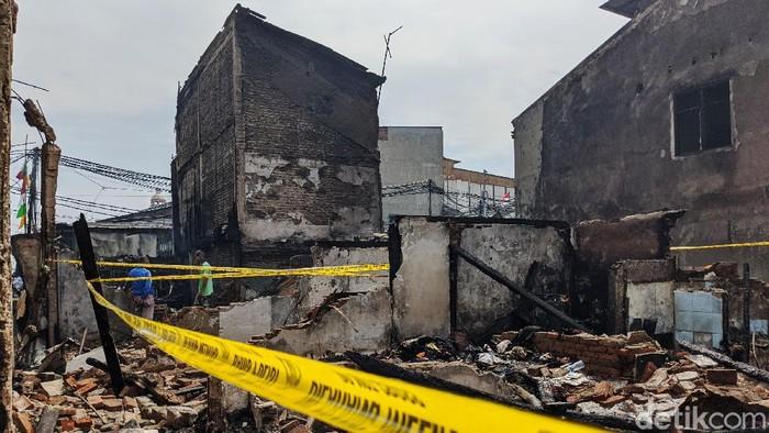 Garis polisi terbentang di lokasi rumah petak yang diduga menjadi asal muasal api Kebakaran yang menghanguskan pemukiman padat penduduk di Duri, Tambora, Jakarta Barat, Rabu (12/8/2020). Kebakaran terjadi Selasa malam dan menghanguskan sejumlah rumah.