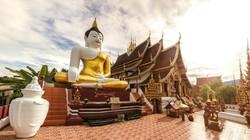 Mabuk, Turis Perempuan Telanjang Masuki Kuil Budha