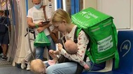 Kisah Viral Ibu 19 Tahun, Jadi Tukang Antar Makanan Sambil Bawa 2 Anak