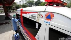 Tenaga medis melakukan Swab Test dengan membawa mobil PCR kepada aparatur sipil negara Pemkot Surakarta, Jawa Tengah.