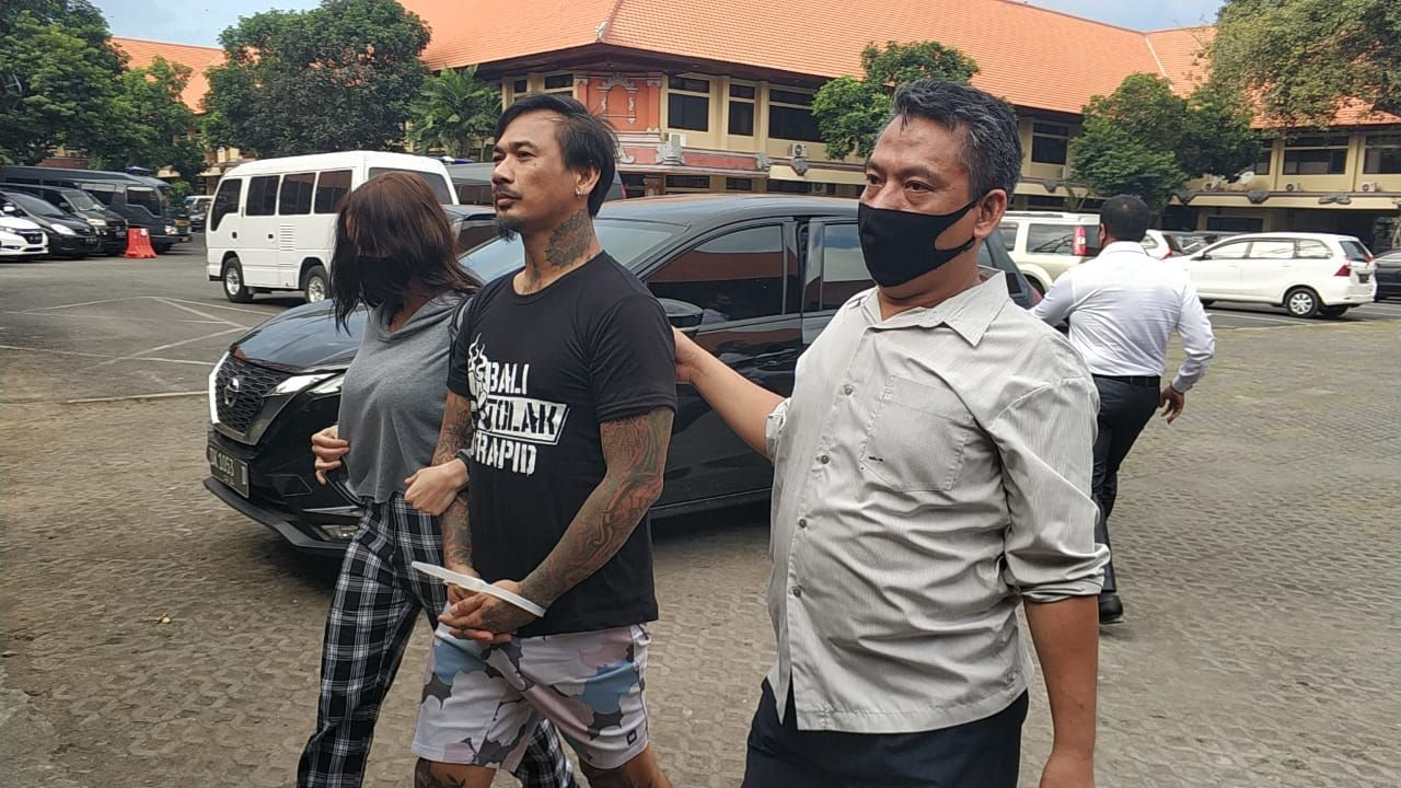 Momen Jerinx Cuci Tangan-Pelukan dengan Istri Sebelum Ditahan