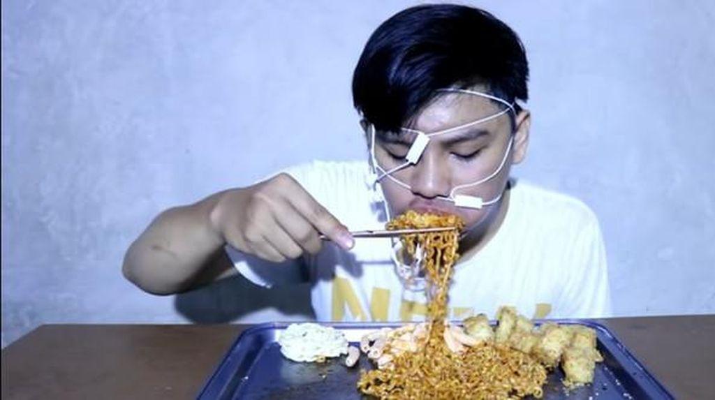 5 Aksi Kocak Video Mukbang Netizen yang Bikin Ngakak