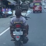 Pakai Kaus Polisi, Pengendara Motor Berakrobat di Jalan Raya Tanpa Helm