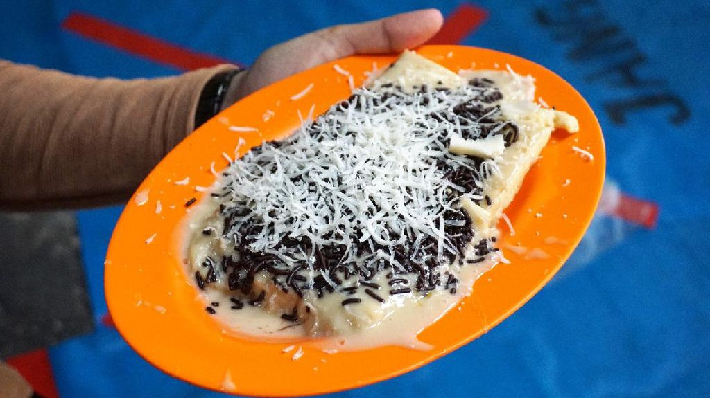 Mantul! Jajan Kue Pancong  Betawi dengan Topping Kekinian