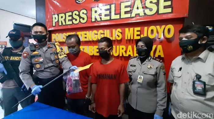 Dua pelaku pembobolan rumah di Surabaya ditangkap. Para pelaku tertangkap setelah menjadi DPO selama 3 tahun.
