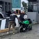 Biar Kapok! Pemotor Ngeyel Kejebak di Jalan yang Baru Dicor