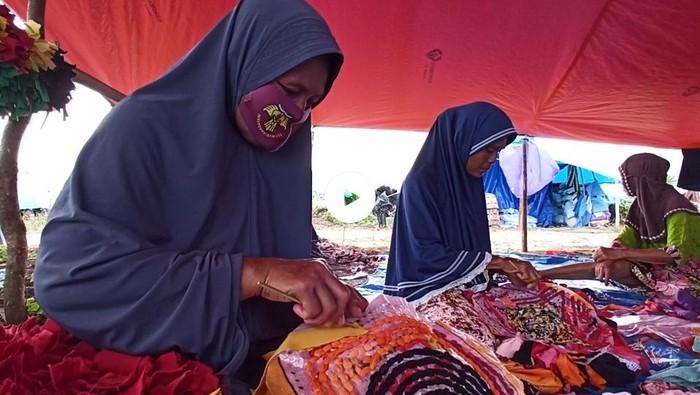 Pengungsi banjir bandang Luwu Utara menyulap baju bekas tak layak pakai dari sumbangan menjadi barang bernilai jual, dari keset hingga pot bunga.
