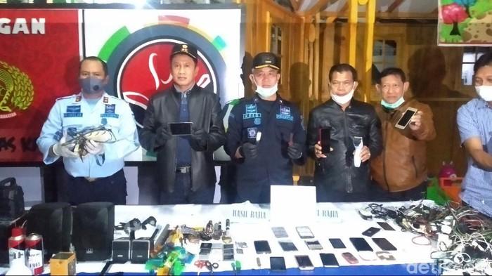 Petugas temukan ponsel hingga senjata tajam dalam razia di Lapas Kuningan