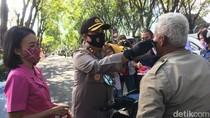 Emak-emak Bhayangkari dan Persit Sweeping Pelanggar Masker di Mojokerto