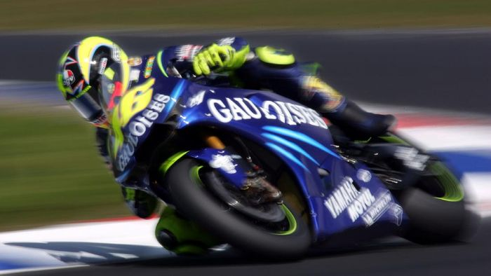 PHILLIP ISLAND, AUSTRALIA - OCTOBER 16:  Valentino Rossi of Italy and the Gauloises Fortuna Yamaha Team rides during qualifying for the Australian Motorcycle Grand Prix which is round fifteen of the MotoGP World Championship on October 16, 2004 at Phillip Island Grand Prix Circuit in Phillip Island, Australia.  (Photo by Ryan Pierse/Getty Images)