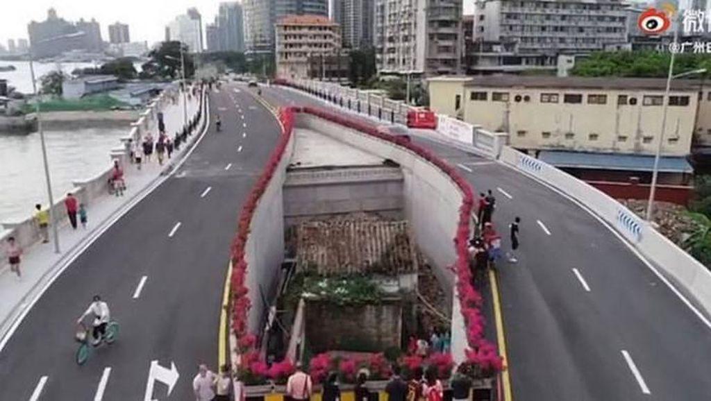 Viral Rumah Membelah Jalan Raya, Gara-gara Pemilik Menolak Pindah