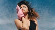Selena Gomez Rilis Koleksi Baju Renang, Tubuh Berisinya Tuai Pujian