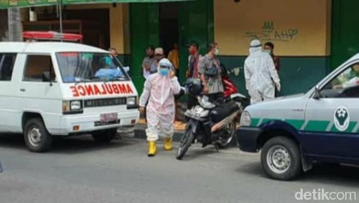 Seorang pria meninggal mendadak di warung soto dievakuasi petugas ber-APD di Klaten, Selasa (12/8/2020).