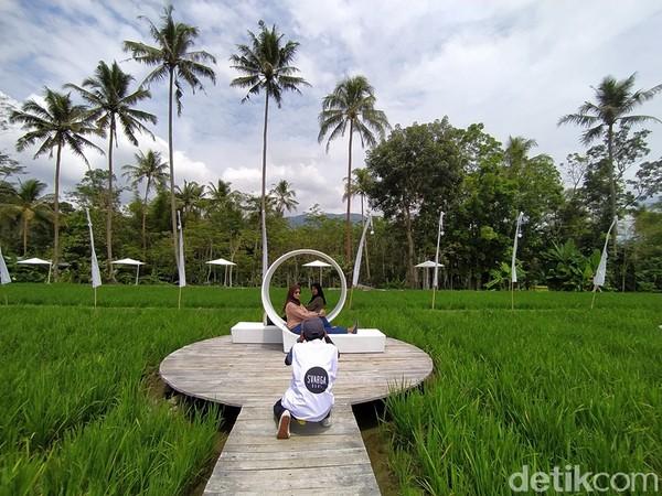 Alasan dipilihnya nama SvargaBumi, pengelola menginginkan agar lokasi ini menjadi tempat yang indah selayaknya svarga. Selain itu, pengelola tetap mengedepankan dengan konsep alam dan yang menjadi daya tarik utama Candi Borobudur. Untuk itu, SvargaBumi bisa menjadi alternatif wisata.