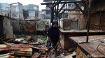 Warga Mengais Sisa-sisa Kebakaran di Duri Utara Tambora