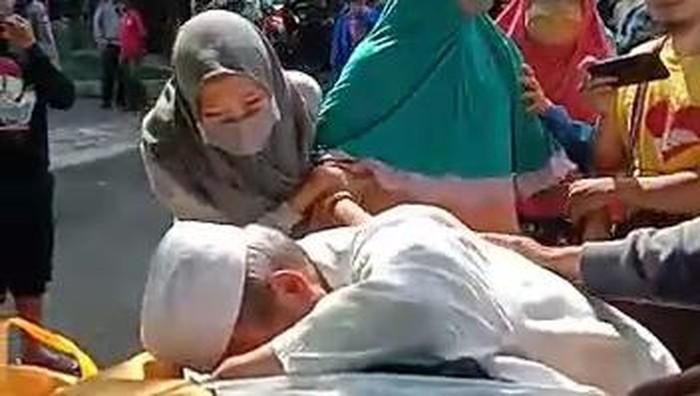 Beredar video warga Malang memaksa memulangkan jenazah pasien terpapar COVID-19. Dalam video berdurasi 2 menit 42 detik itu tampak seorang warga membuka paksa keranda berisi jenazah.