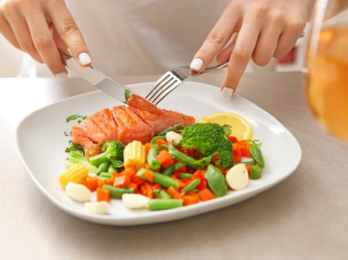 Salmon makanan tinggi protein rendah karbohidrat. Foto: Getty Images/iStockphoto/serezniy