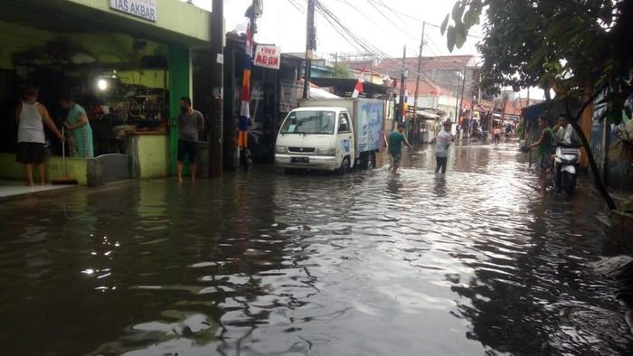 Banjir di jalanan Kelurahan Bukti Duri, Jaksel