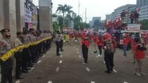 Demo di Depan DPR, Massa Buruh Jaga Jarak-Pakai Masker