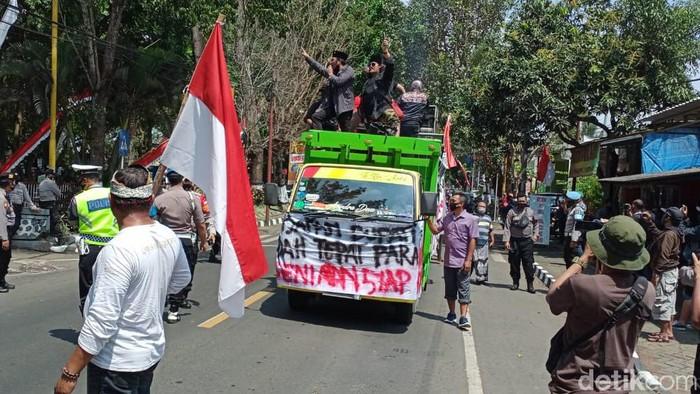 Ratusan pekerja seni demo di depan Kantor DPRD Kabupaten Malang. Mereka mengaku sudah lima bulan tidak pentas.
