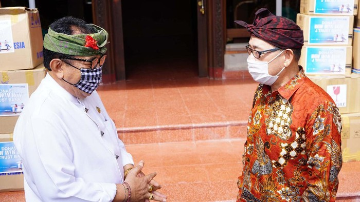 Wakil Gubernur Bali Tjokorda Oka Artha Ardhana Sukawati berbincang dengan Direktur Utama PT Bank J Trust Indonesia Tbk. (J Trust Bank) Ritsuo Fukadai seusai penyerahan secara simbolis bantuan untuk tenaga medis di Denpasar, Bali, Kamis (13/8). Bantuan Alat Pelindung Diri (APD) antara lain, baju hazmat, masker medis, pelindung wajah, pelindung sepatu, dan sarung tangan berbahan lateks merupakan donasi dari program Win-Win-Win di mana J Trust Bank berkomitmen mendonasikan 0,1% dari total dana yang terhimpun.