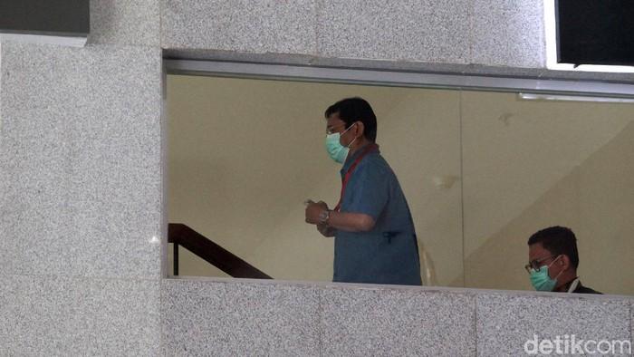 Eks Bupati Bogor, Rachmat Yasin, diperiksa KPK. Ia diperiksa terkait kasus pemotongan anggaran dan gratifikasi saat menjabat menjadi bupati.