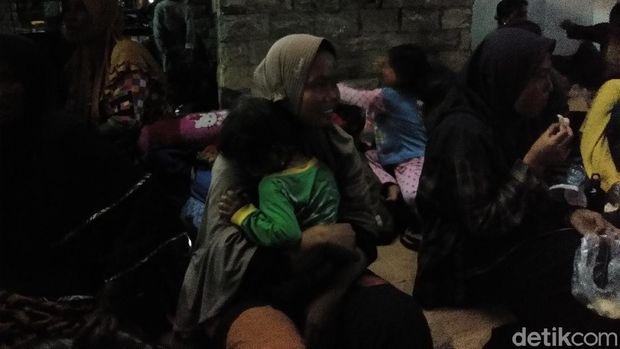 Emak-emak nelayan tolak tambang pasir masih bertahan di depan Kantor Gubernur Sulsel.