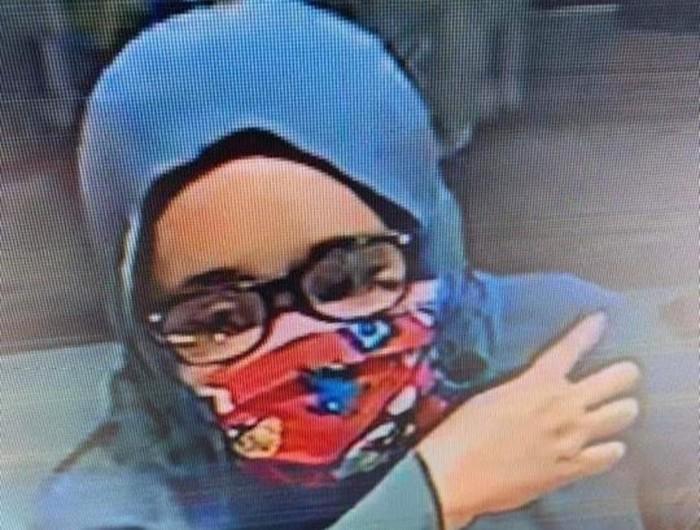 Foto perempuan yang curi gelang di toko emas di Polman, Sulsel
