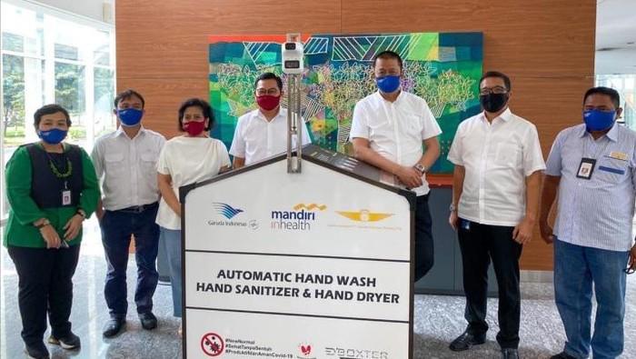 Garuda Indonesia mendapat bantuan mesin Hand Sanitizer otomatis. Hal ini dilakukan guna mencegah penyebaran virus corona di Bandara.