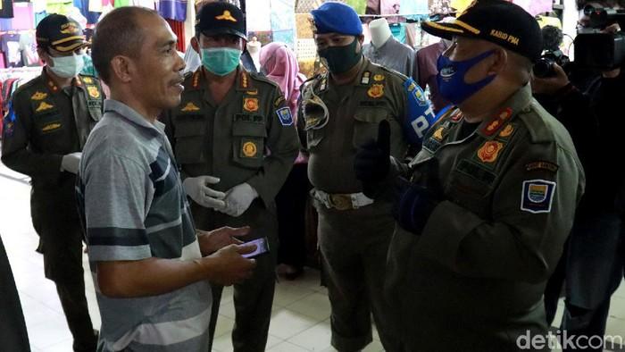 Petugas gabungan gelar razia untuk pastikan penerapan protokol kesehatan di Bandung. Warga yang tak kenakan masker siap-siap dihukum nyanyi lagu nasional.
