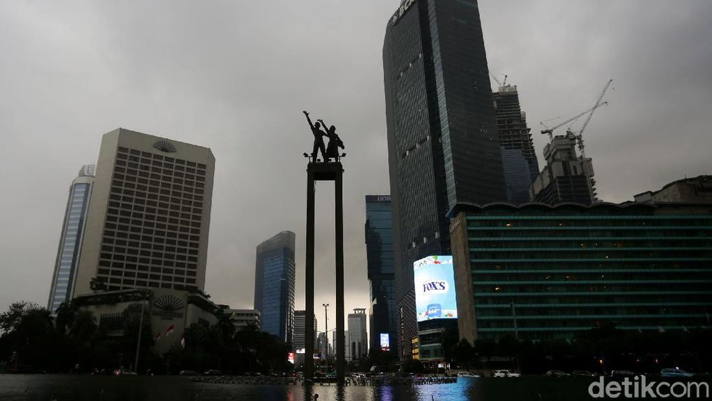 Hujan dan Awan Gelap Selimuti Ibu Kota di Puncak Musim Kemarau