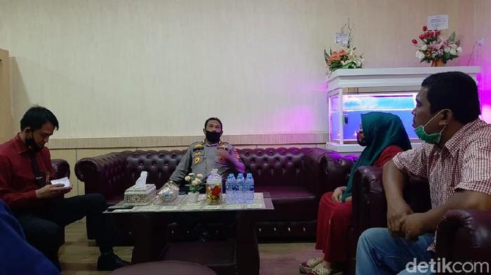 Kabid Humas Polda Sumsel Kombes Supriadi bersama ibu PKL yang viral nangis dilarang jualan oleh istri eks wakapolda.
