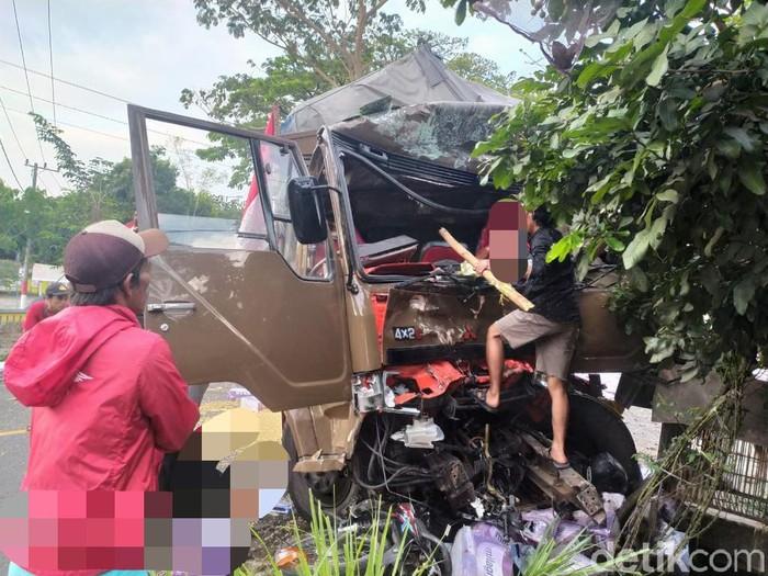 Truk fuso menabrak sejumlah kendaraan hingga 5 orang tewas di Jember. Kecelakaan terjadi diduga karena rem blong.