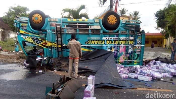 Truk Fuso menabrak sejumlah kendaraan saat melintas di jalan raya Kecamatan Silo, Jember. Lima orang tewas dalam kecelakaan tersebut.