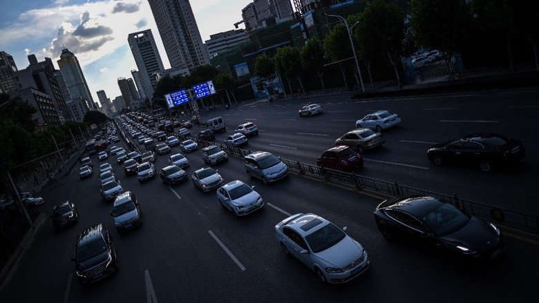 This photo taken on August 6, 2020 shows traffic on a busy street in Wuhan in Chinas central Hubei province. - The citys convalescence since a 76-day quarantine was lifted in April has brought life and gridlocked traffic back onto its streets, even as residents struggle to find their feet again. Long lines of customers now stretch outside breakfast stands, a far cry from the terrified crowds who queued at city hospitals in the first weeks after a city-wide lockdown was imposed in late January to curb the spread of the COVID-19 coronavirus. (Photo by Hector RETAMAL / AFP)