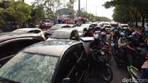 Digeruduk 2 Kelompok Massa, Lalin Depan Kantor Gubernur Sulsel Macet Parah