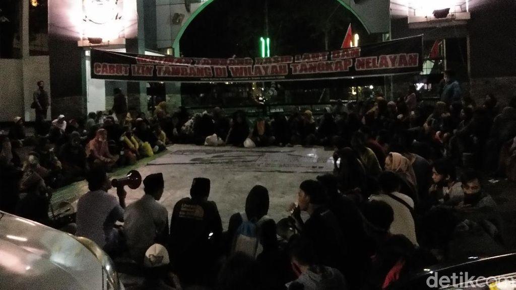 Tunggu Gubernur Nurdin, Massa Nelayan Masih Bertahan di Kantor Gubernur