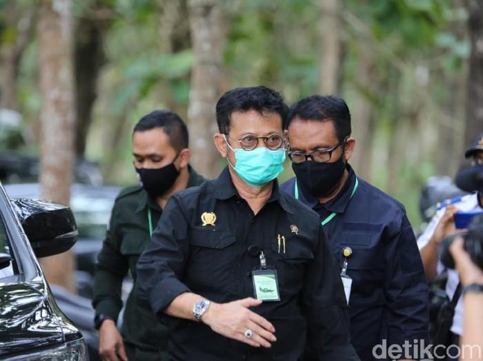 Penampilan Menteri Pertanian (Mentan) Syahrul Yasin Limpo masih menarik perhatian. Kalung antivirus Corona yang sempat menjadi polemik ia pakai ketika berkunjung ke Blitar.