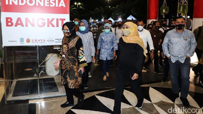 Gubernur Jatim Khofifah Indar Parawansa dan Wali Kota Surabaya Tri Rismaharini tampak duduk semeja. Mereka mendengarkan hasil survei pencegahan COVID-19.