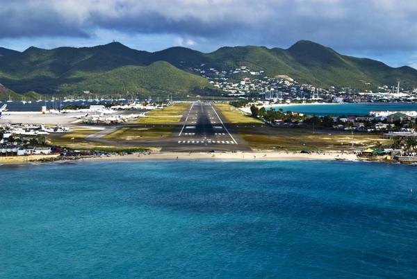 Lokasi pantai berdekatan dengan landasan pacu Bandara Internasional Princess Juliana. Jadi, seringkali ada pesawat yang akan mendarat, terbang rendah dan hanya berjarak beberapa meter dari atas permukaan pantai. (iStock)